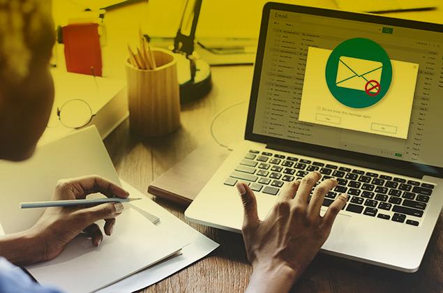 Una mujer revisa un aviso de correo peligroso en su ordenador portátil.