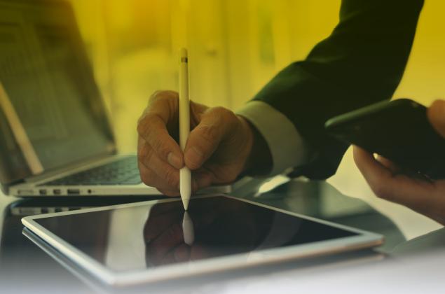 Una persona firma un contrato digital en una tablet.